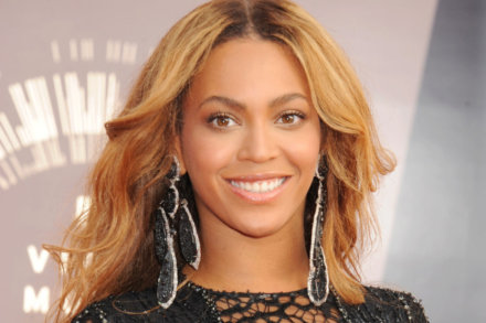 Beyonce dazzles in her Lorraine Schwartz earrings